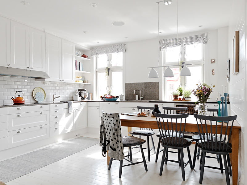 The white tiles matched with white cabinets is always a chic combination
