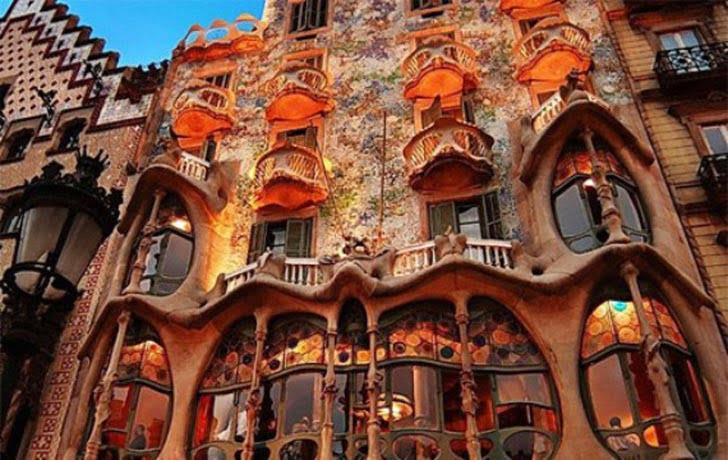 anton gaudi and art nouveau architecture,