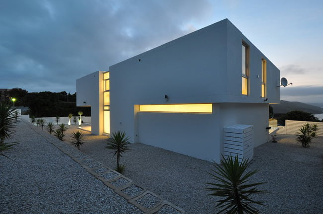 Shades of White Color in Modern House with Valley View in Knysna, South Africa (4)