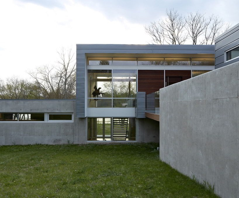 combination-of-concrete-aluminum-glass-and-ipe-wood-in-modern-home-design